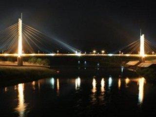 夜の中角歩道橋。ライトアップされて美しい。夜間でも歩行者は不安なく渡ることができる