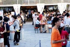 햇빛 아래서 모두들 축제를 즐기는 모습. 커플이나 가족 모두 다 즐거운 하루를 보낼 수 있는 축제이다.