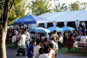 축제 때 사람들이 앉아서 마시고 먹을 수 있도록 많은 테이블과 의자들이 준비되어 있다.