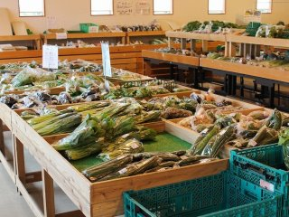 朝、どっさりと搬入される野菜も午後になるとほぼ売り尽くされる