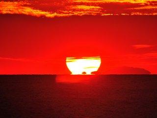 태양이 수평선으로 떨어지기 직전의 형상을, 달마의 모습과 비슷하다고 해서 우리는 달마 석양이라고 부른다. 이번에는 안타깝게도 윗부분이 구름에 가려 달마 석양이 불완전한 형태로 끝났다.