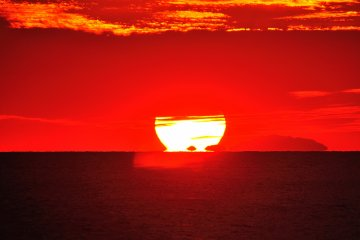 <p>เราเรียกพระอาทิตย์ก่อนที่จะตกดินบนขอบฟ้าว่า &#39;Daruma Sunset&#39; แต่น่าเสียดายในระหว่างที่ผมชม ส่วนบนของพระอาทิตย์ถูกคลุมด้วยเมฆ ทำให้ผมมองเห็น &#39;Daruma Sunset&#39; ที่ไม่สมบูรณ์</p>