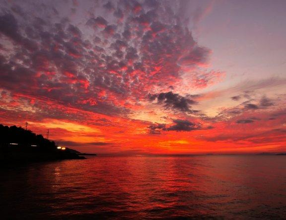 ท้องฟ้าสีแดงฉานและทะเลใน Futami, Iyo