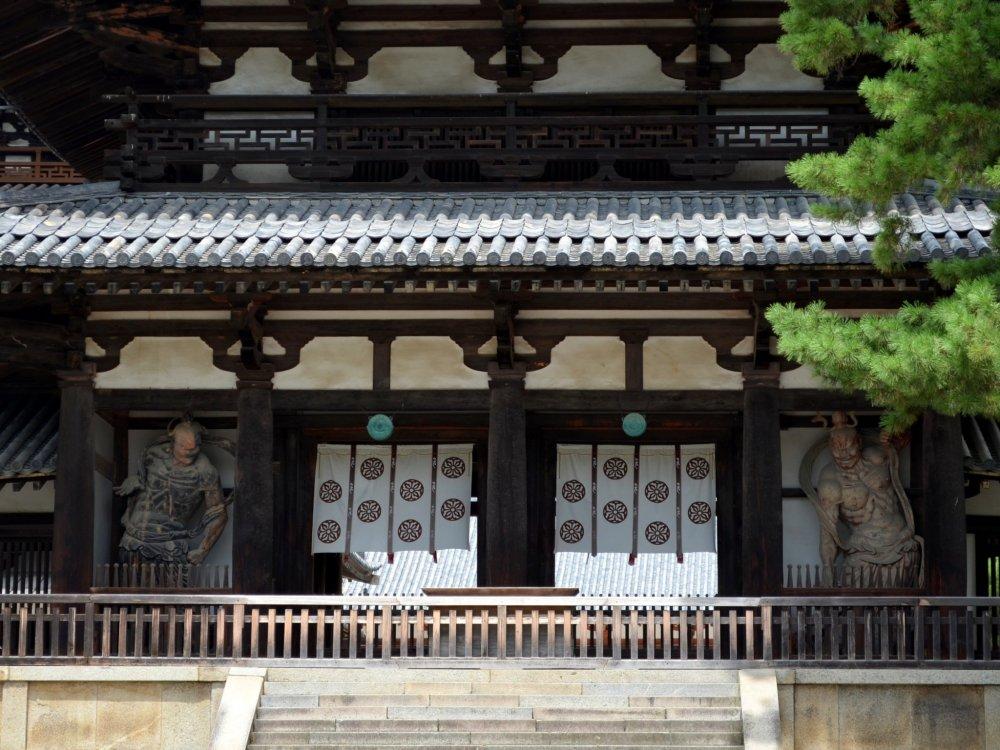 아스카 시대의 건축 스타일을 보여주고 있는 대문 정면