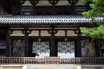 <p>아스카 시대의 건축 스타일을 보여주고 있는 대문 정면</p>