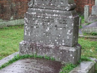 墓地は静かな地域の小さな区画に整理されひっそりと佇んでいる