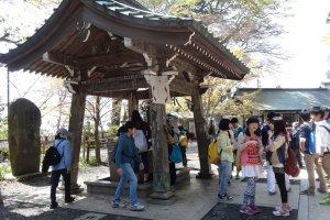 ฉันได้ชมเด็กนักเรียนที่มาทัศนศึกษาที่วัดยะคุโอะอินทำพิธีเทะมิซุ