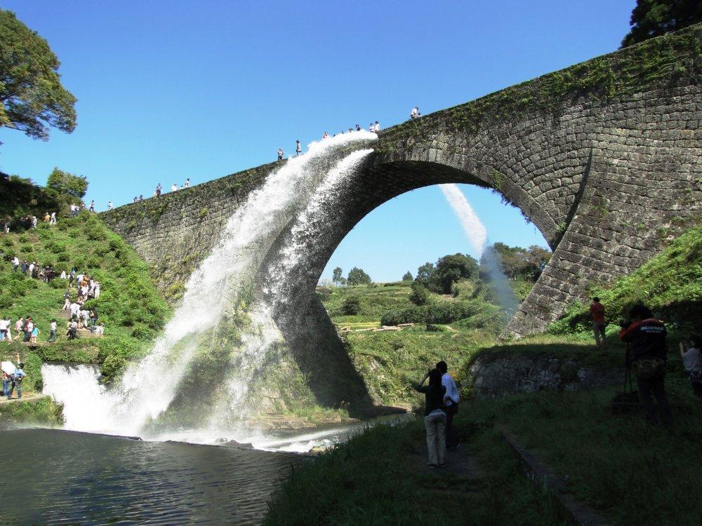 Nước chảy ra cực mạnh khỏi hệ thống dẫn nước Tsujunkyo ở vùng nông thôn Kumamoto