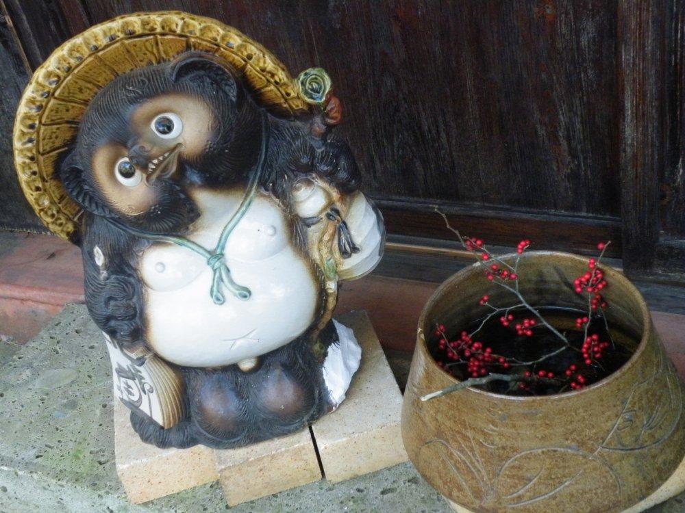 По приезду в Акиу вас встретят очень милые декоративные статуэтки.