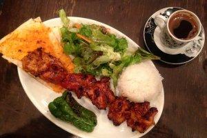 كباب الدجاج أواللحم والقهوة التركية من أشهر المأكولات والمشروبات