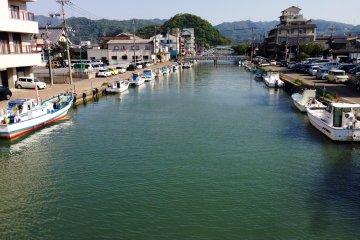 <p>Small canals cut across the city of Maizuru.</p>