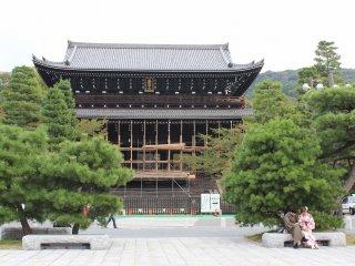 三門。元和7年(1621)、徳川二代将軍秀忠公の命を受け建立された。平成14年に国宝に指定