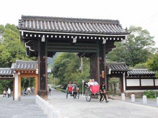 この門をくぐると正面に国宝「三門」が見えてくる