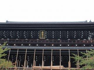 御影堂とともにこの三門も現在修復中である