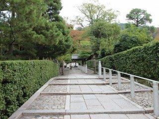 三門右側の石畳の緩やかな段を登ると三門の横が見える
