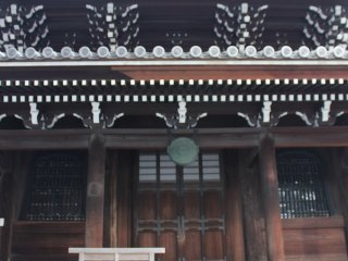 経蔵正面。唐様と和様を取り入れた建築様式
