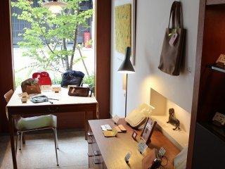 ショップ内から姉小路通を臨む。ギャラリー遊形は「俵屋旅館」の客室で実際に使用されているものを集めたギャラリーショップである