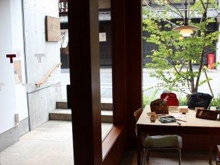 「ギャラリー遊形」には「俵屋旅館」で使われる、衣食住に渡って提案される高い品質とデザイン性を持つ実用品が並んでいる