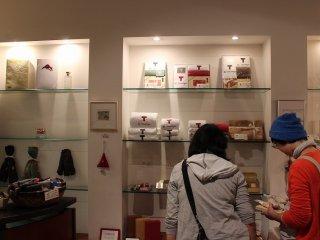 俵屋旅館のアメニティというだけでなく、「俵屋旅館=ギャラリー遊形」という一つのブランドとして、ファンが多い