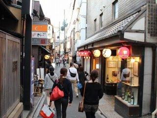先斗町は三条通の一筋南から四条通まで通じる鴨川にそった南北500メートルあまりにわたる細長い通りの名称である