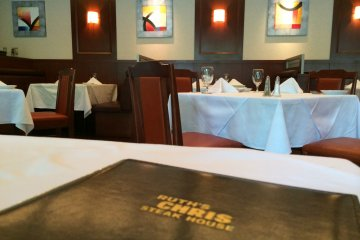 <p>The interior of Ruth&#39;s Chris Tokyo is simply clean &amp; classic</p>