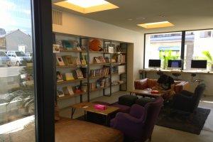 โซนพักผ่อน Library Space นั้นเป็นสิ่งประทับใจแรกที่เราจะได้เจอ เก้าอี้นั่งสบายดีไซน์สวย พร้อมชั้นวางหนังสือที่เต็มไปด้วยหนังสือเก๋ๆ มากมายไว้ให้นั่งอ่านชิลล์ๆ พร้อมโซนอินเตอร์เน็ตที่บริการฟรีให้กับแขกที่มาพักทุกคนด้วย