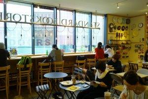 อีกมุมหนึ่งภายใน Standard Bookstore ซึ่งตรงเค้าเตอร์ไม้ติดหน้าต่างนั้นเป็นมุมโปรดของใครหลายๆ คน จิบกาแฟ อ่านหนังสือ ทำงาน พร้อมดูวิวสวยๆ แล้วก็วิถีชีวิตผู้คนที่ผ่านไปมาด้านล่าง