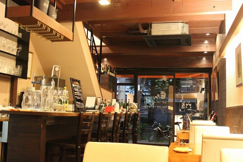 店内。カジュアルフレンチレストランにふさわしいシンプルな店内だ