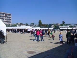 Stand makanan tersebar di lapangan, menawarkan makanan lebih dari 20 negara