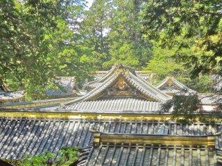 東照宮の建物群 折り重なる屋根も美しい