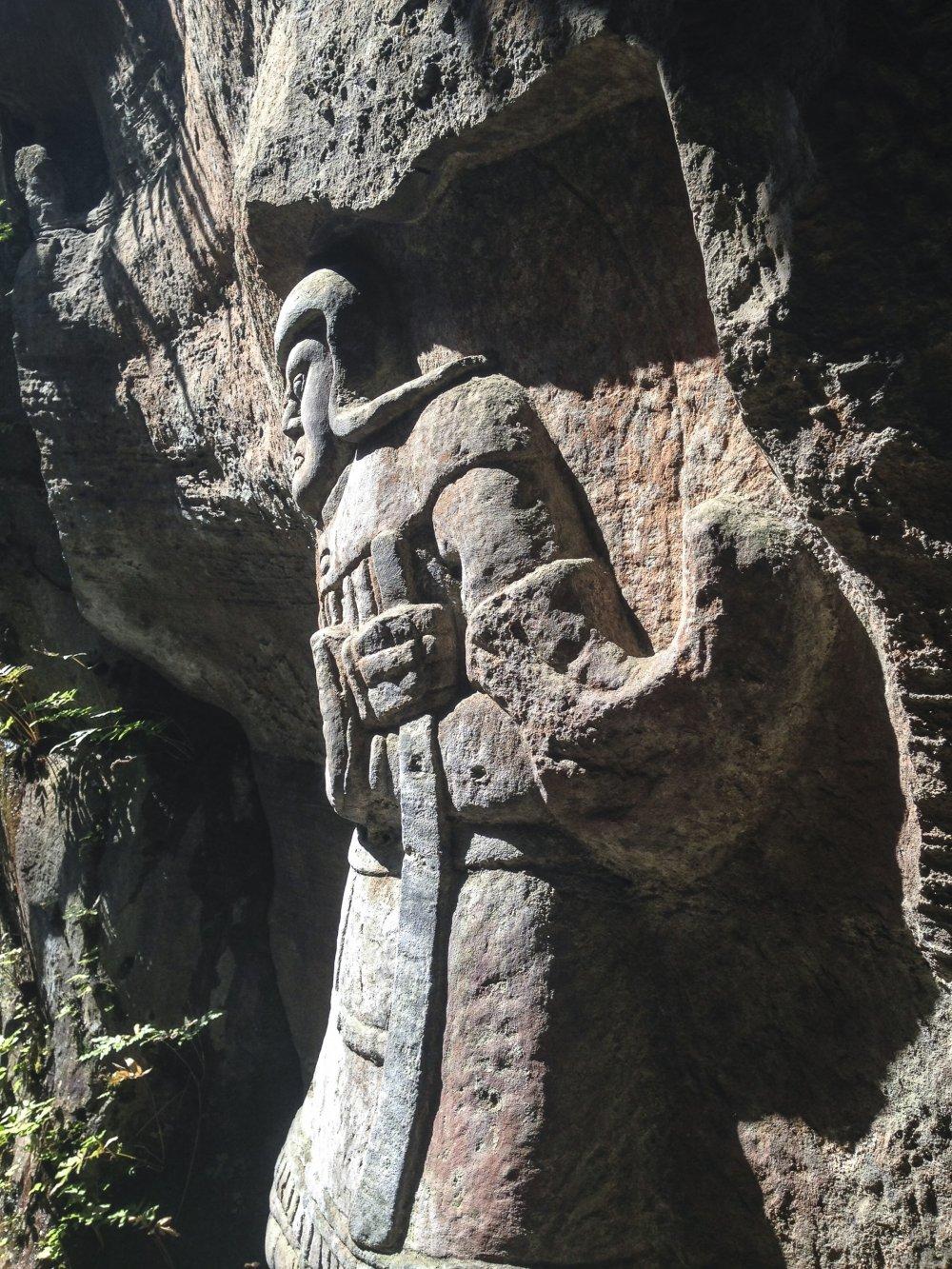 시텐노우(사천왕) 중의 하나인 지코쿠텐(지국천왕)의 상. 동방(東方)을 수호한다고 알려져 있으며, 이 상에서 보이는 것 처럼 주로 오른손에 검을 쥐고 있는 것으로 묘사된다.
