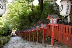 มุมนี้มองจากมุมสูงด้านบนศาลเจ้าคิบุเนะลงมาด้านล่างกันบ้าง เป็นอีกหนึ่งมุมสวยๆ ยอดนิยมที่คนนิยมถ่ายรูป
