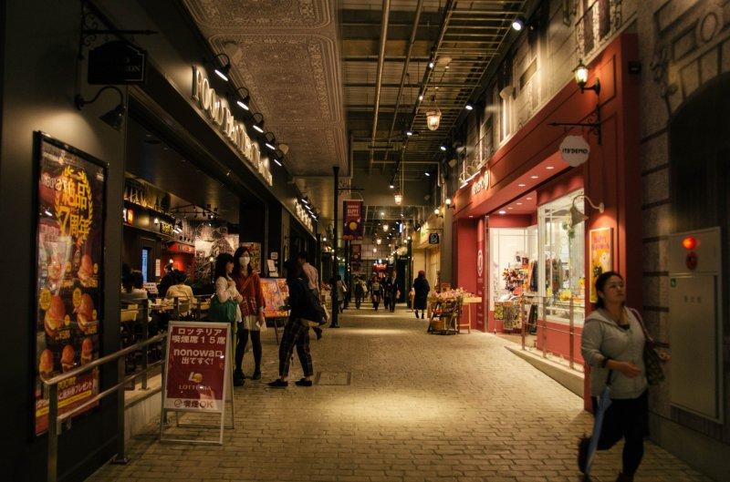 <p>The cobbled pathway and Parisian lamp posts creates a European vibe.&nbsp;</p>