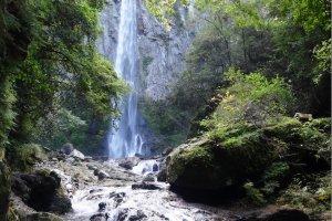 Thác Higashi Shiiya đổ nước từ độ cao 85 mét xuống một hồ bơi bên dưới