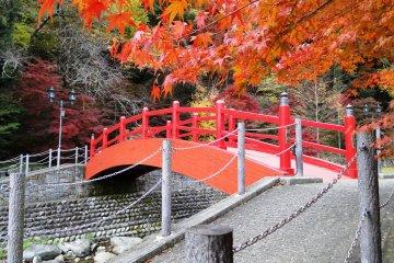 <p>우조 공원의 빨간색 다리</p>