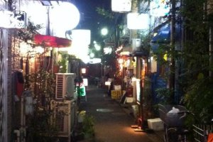 Ambiance tamisée et tranquille dans les rues de Golden Gai