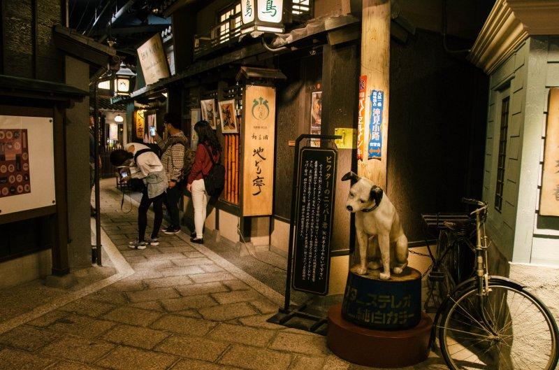 ชั้นใต้ดินที่ออกแบบตกแต่งเลียนแบบหมู่บ้านเก่าแก่ของโอซาก้าในสมัยไทโชะในช่วง 1920