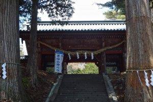 Futara-san Chu-gu-shi is located at the bottom of Mt. Nantai, on the north shore of Chuzen-ji Lake.