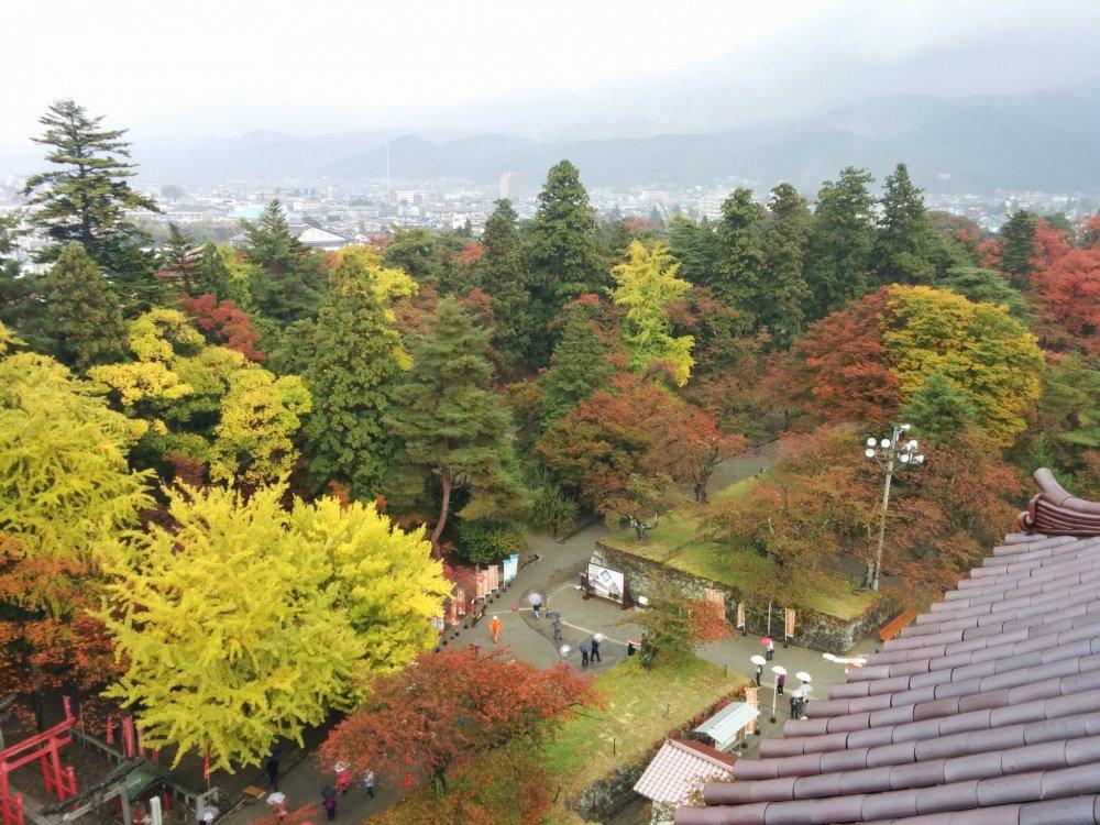 Красный, зеленый, коричневый и желтый цвета виднеются из замка