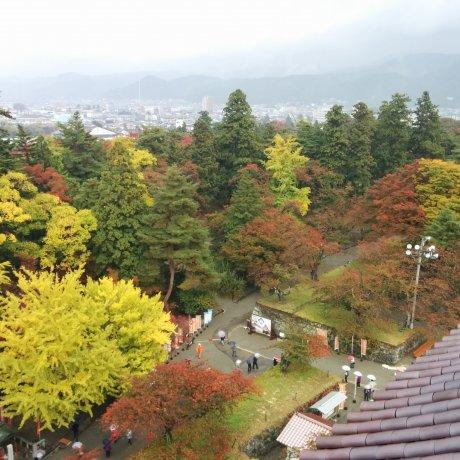ปราสาท Tsuruga ในฤดูใบไม้ร่วง