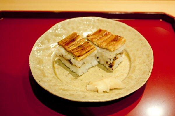 Oshizushi (押し寿司) หรือ Hako Sushi, Hakozushi (箱寿司) ซูชิกล่องสไตล์โอซาก้าแห่งYoshino Sushi (吉野寿司)