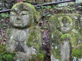 三宝の鐘から地蔵堂に向かう坂道脇の羅漢像