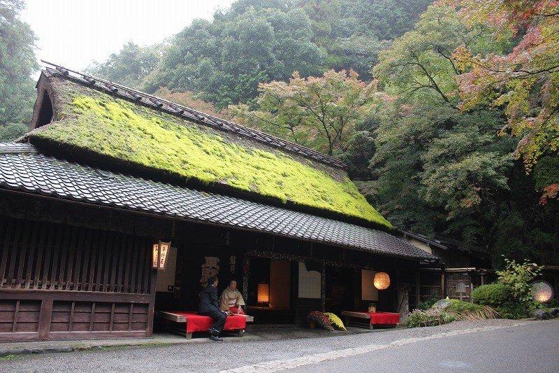 茶屋「平野屋」の歴史は400年前までさかのぼる。歴史的建造物保存地区である嵯峨鳥居本にあって、味わいのある茅葺き平屋建ての家屋が見事である