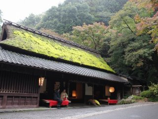 찻집 히라노야의 역사는 400년 전으로 거슬러 올라간다. 역사적 건조물 보존지구인 사가토리이모토에 있어 멋스러운 초가지붕의 가옥이 훌륭하다