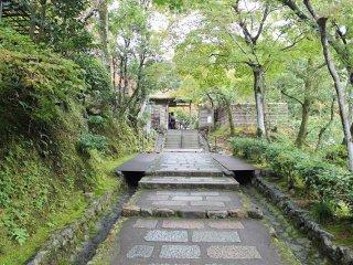 京都「化野念仏寺」を巡り歩く~...