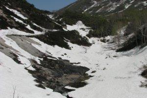 五色温泉へと注がれる火山性温泉