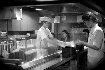 <p>요리하고 있는 아키요시 스탭</p>