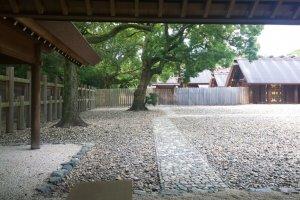 ภายในเขตชั้นในของศาลเจ้าอัตสึตะ (熱田神宮 / Atsuta Shrine) ซึ่งอาณาเขตบริเวณนี้จะไม่ให้บุคคลภายนอกเข้าไป
