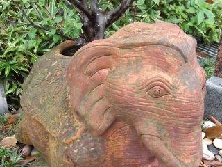 Bức tượng này bị tán cây che khuất