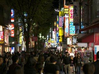 Con phố trung tâm Shinjuku vô cùng tấp nâp